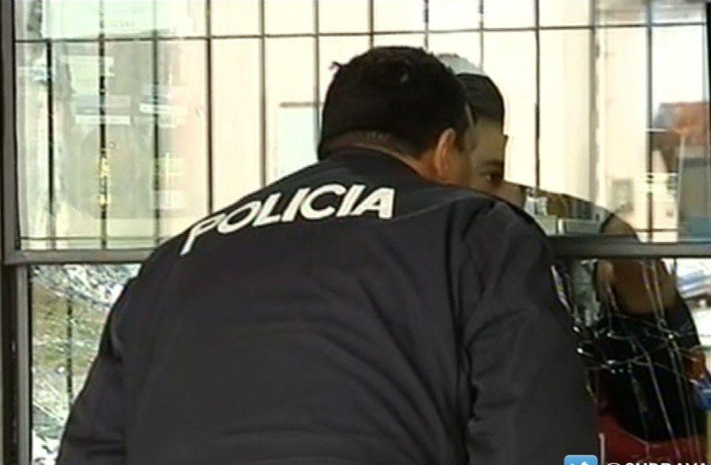 Tres delincuentes con armas largas asaltaron un local de pagos en Colón