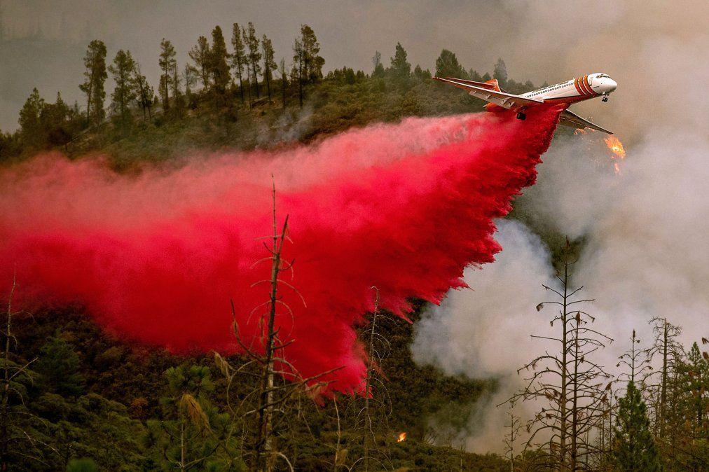 Un avión cisterna lucha contra el incendio cerca del Parque Nacional de Yosemite