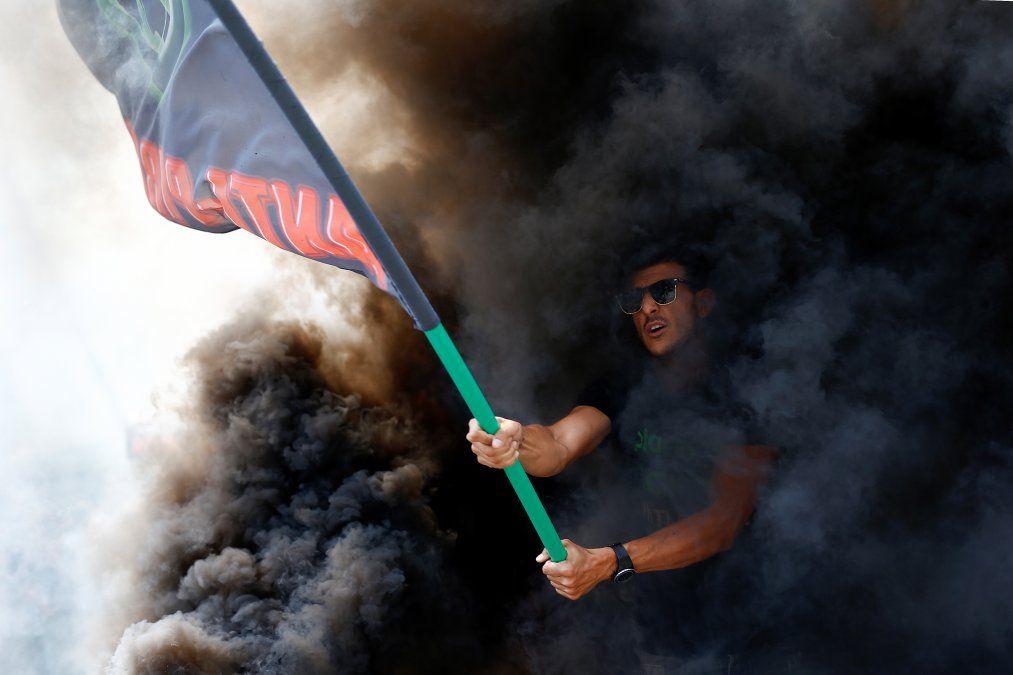 Un manifestante flamea la bandera durante una protesta de taxistas en Barcelona