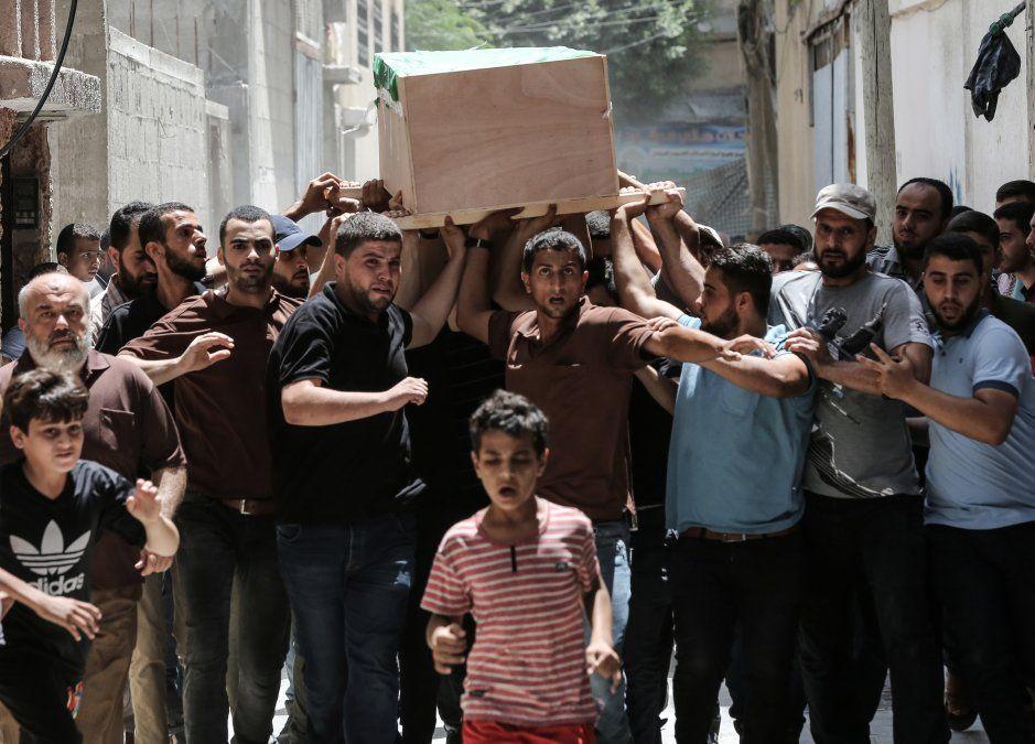 Palestinos trasladan el cuerpo de Obada Farwana en la Franja de Gaza