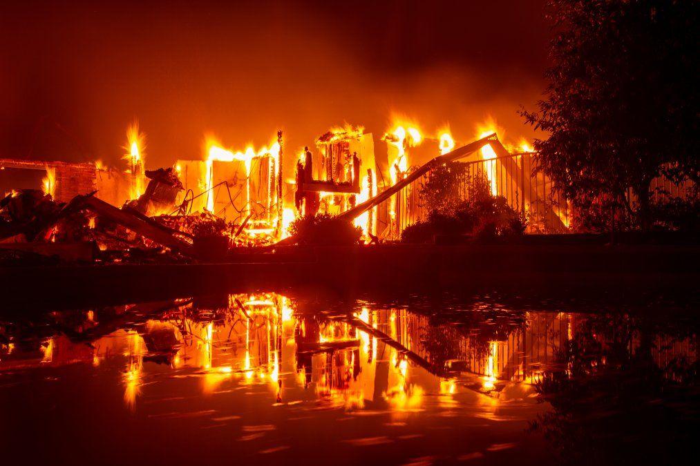 Una casa en llamas se refleja en una piscina en California