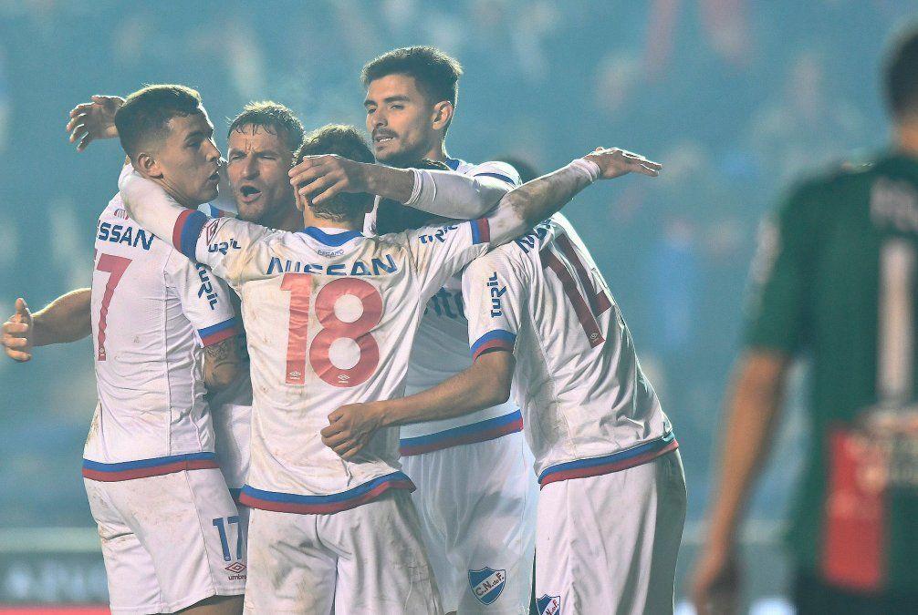 Nacional venció a Rampla en la hora con un gol en contra y sigue líder