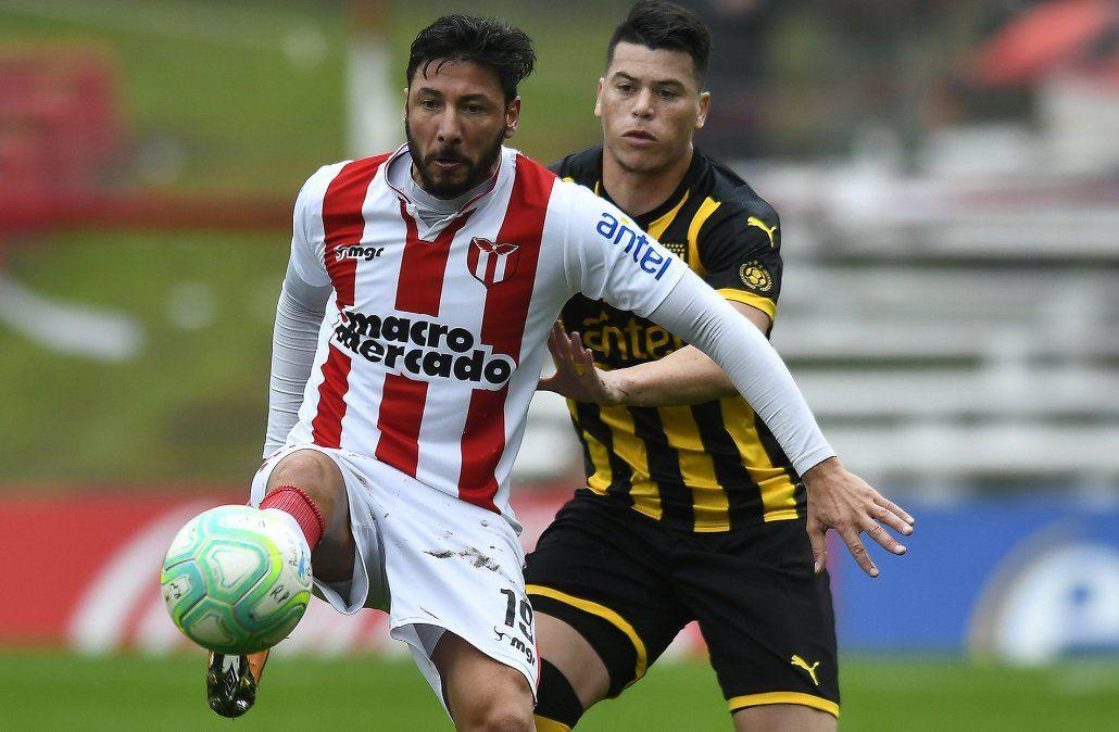 Peñarol le ganó a River Plate y consigue su primera victoria en el Clausura