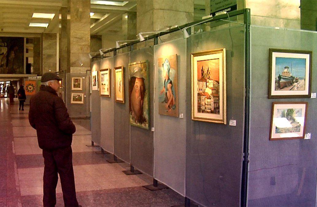 Exposición de arte de adultos mayores en el atrio de la Intendencia de Montevideo