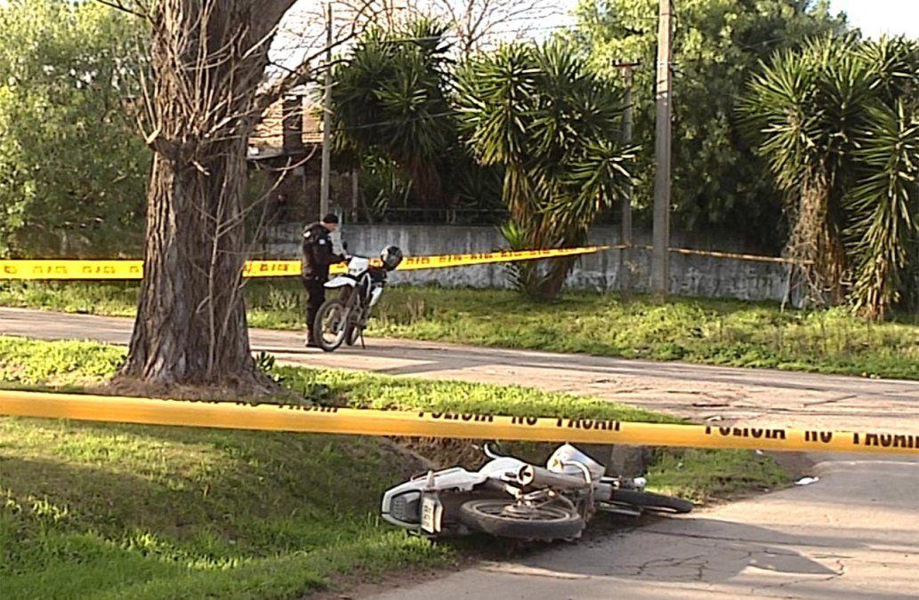Dos soldados en moto atropellaron a un policía y lo dejaron en coma