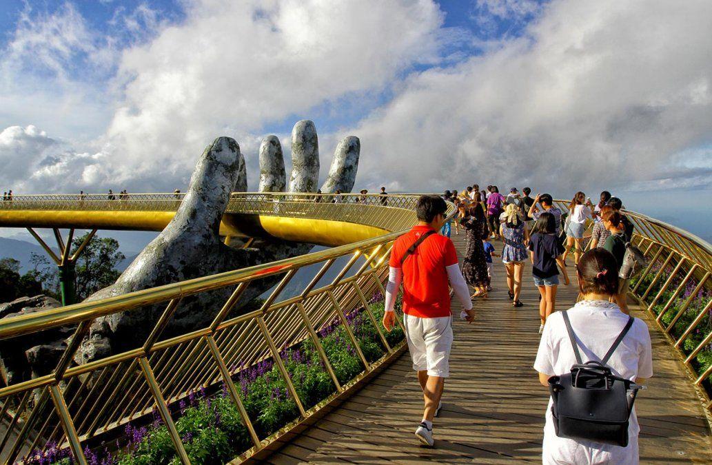 Un puente sostenido por dos manos gigantes es furor en Vietnam