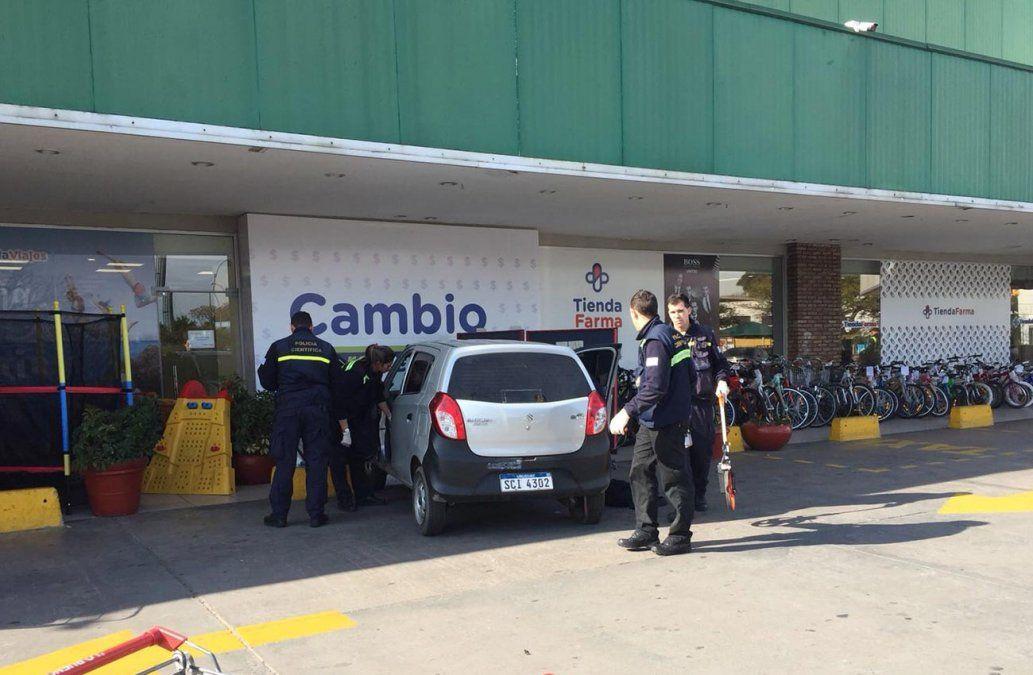 Estrellaron un auto contra un local de pagos pero no pudieron robar