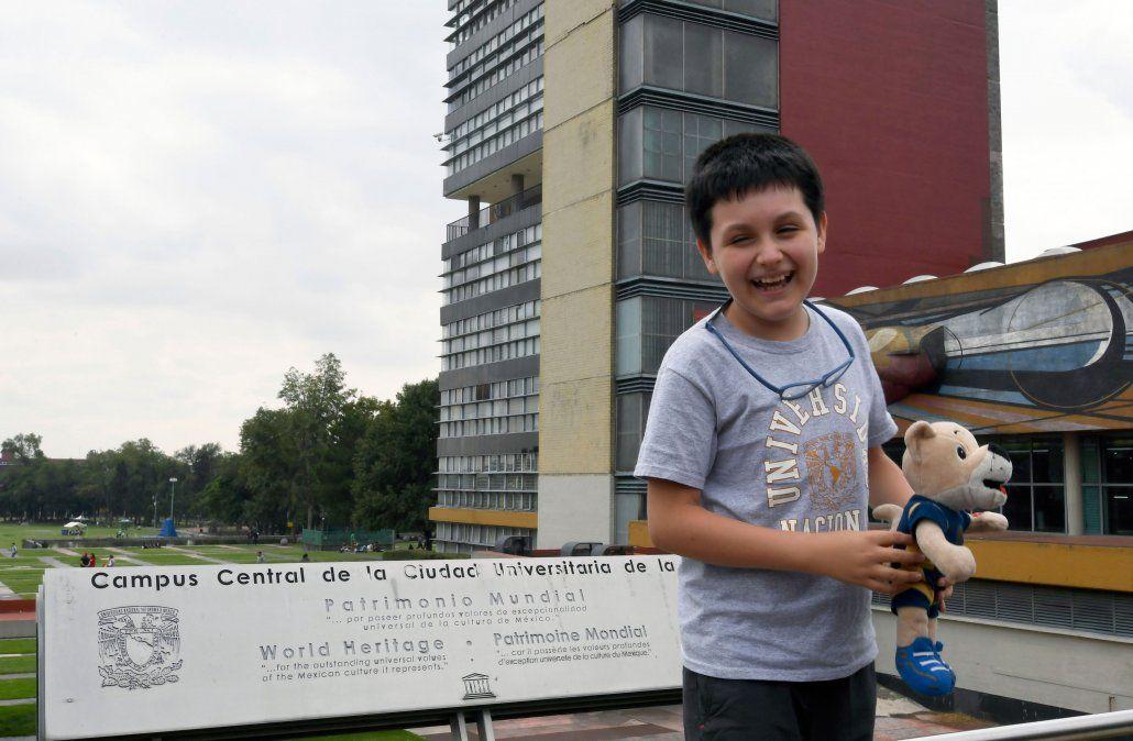 Con 12 años y un peluche bajo el brazo, un niño entra a la universidad para curar enfermedades