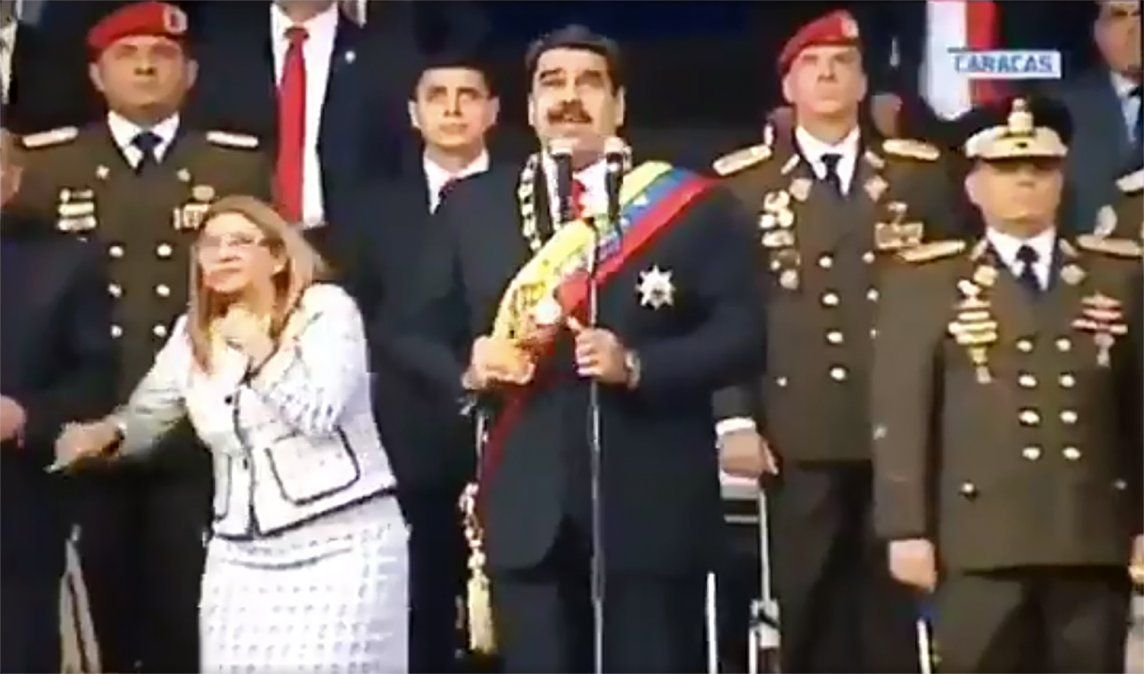 Captura del momento en el que Maduro avista un presunto ataque con explosivos en su contra. VTV