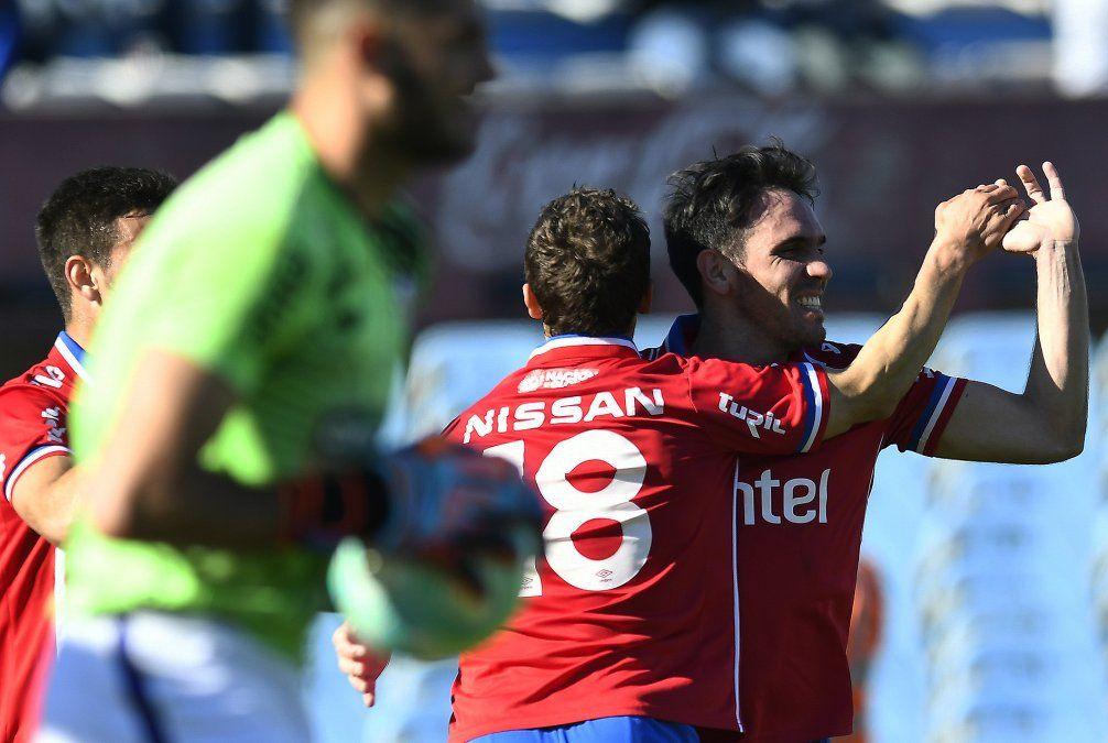 Nacional ganó 3 - 0 contra Fénix y lidera el Clausura