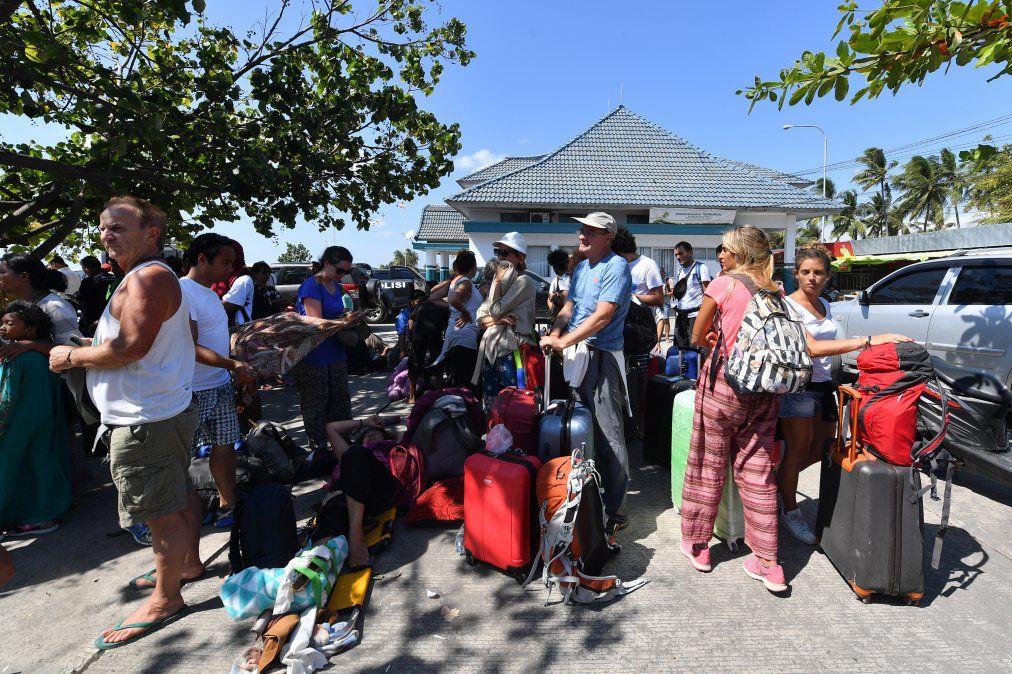 Indonesia evacúa a cientos de turistas tras sismo que dejó al menos 91 muertos