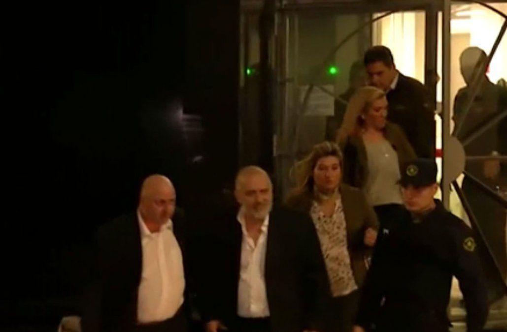 Alcántara (de barba) saliendo del juzgado tras declarar ante la fiscal Silvia Pérez.