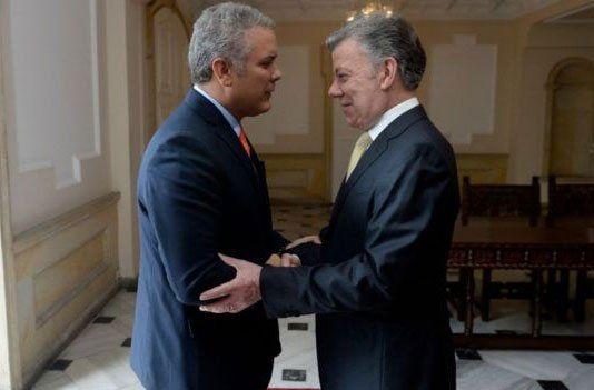 Juan Manuel Santos y su sucesor Ivpan Duque. El pedido de limpiar la mala vibra de la residencia presidencial desnorteó al mandatario saliente.