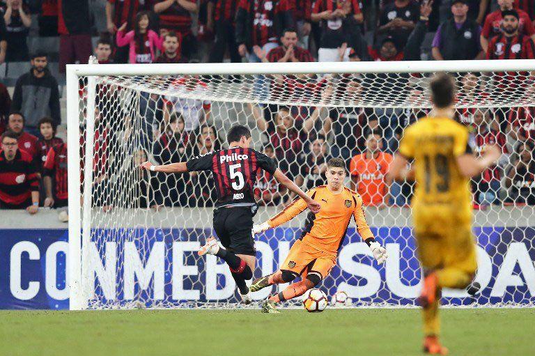 Dawson tuvo mucho trabajo como visitante y salvó a Peñarol de la goleada. Paranaense jugó con diez buena parte del partido. Sin embargo