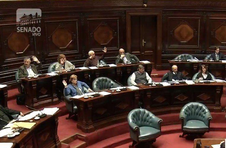 El FA aprobó ley que habilitará el voto de los uruguayos en el exterior