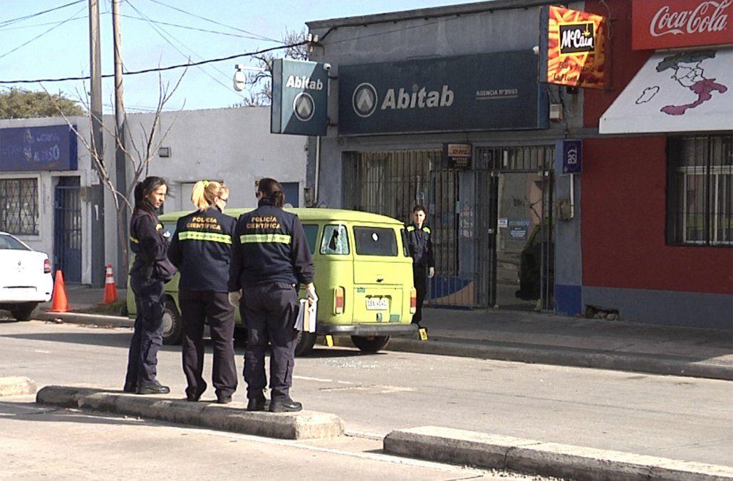 Cuatro delincuentes quisieron robar un Abitab y se tirotearon con la policía