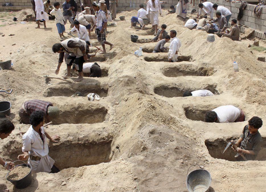 Yemeníes cavan tumbas para niños que fueron asesinados cuando su ómnibus fue impactado durante un ataque aéreo de la coalición encabezado por Arabia Saudí.