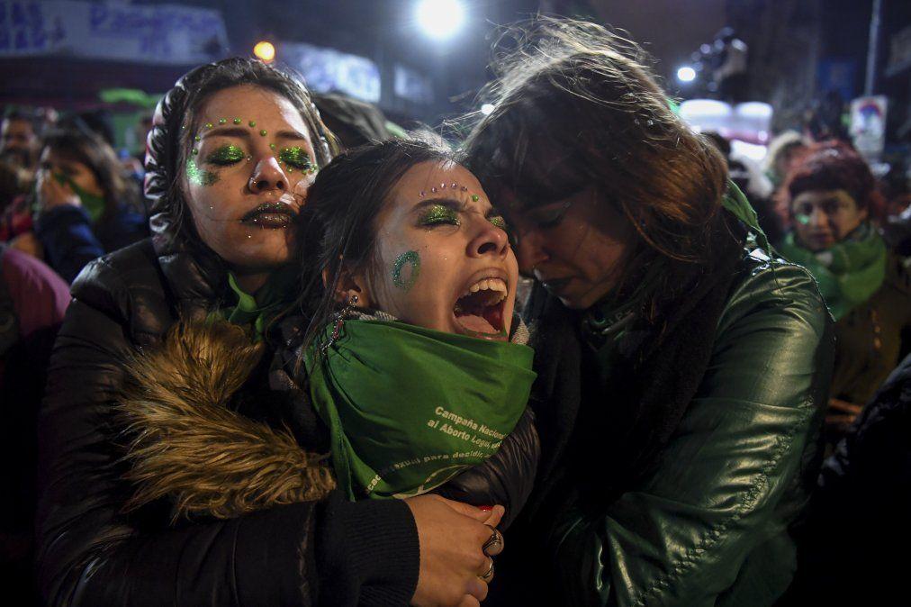 Activistas a favor de la legalización del aborto protestan fuera del Congreso Nacional de Buenos Aires luego que los senadores rechazaran la legalización.