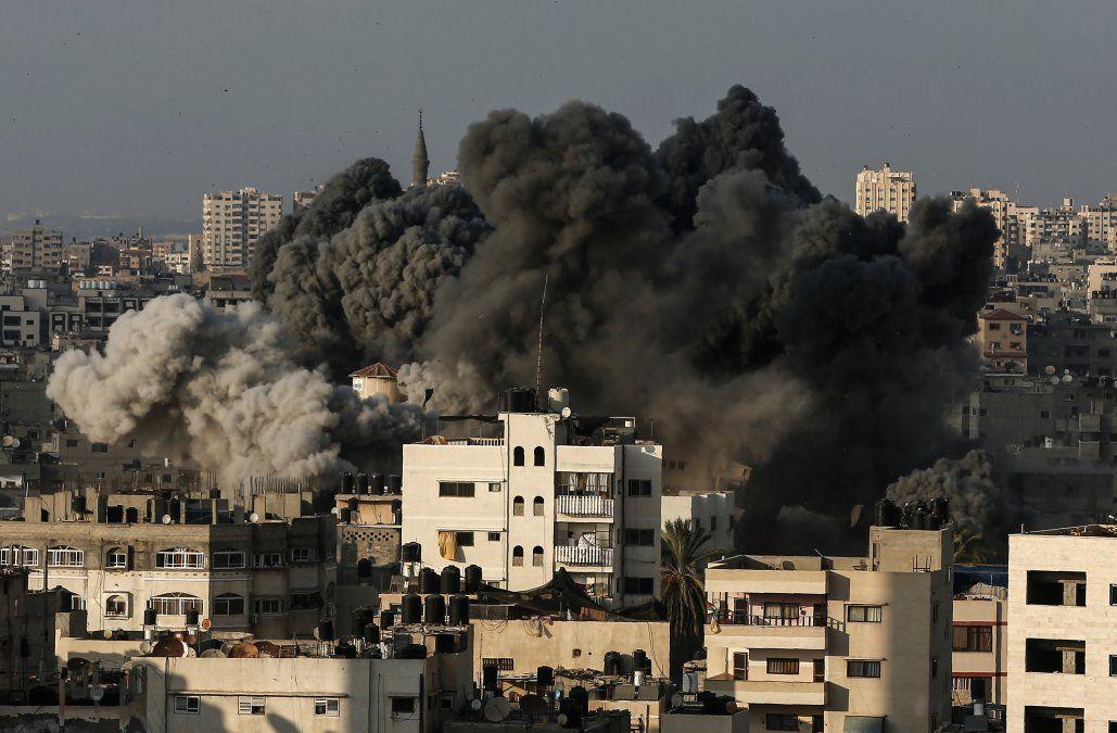 El humo se eleva tras un ataque aéreo de Israel en la ciudad de Gaza.