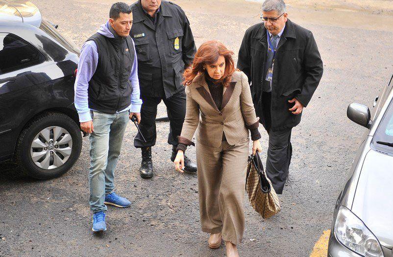 Cristina estuvo una hora y cuarto en la sede judicial. No respondió preguntas.