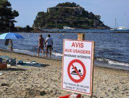 altText(Cavó un hoyo en la arena en una playa de Francia, se metió dentro y se ahogó)}
