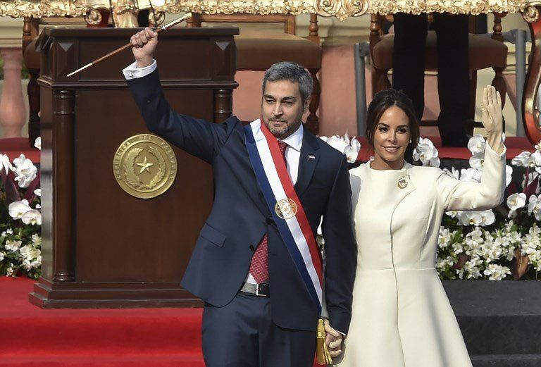 Abdo cpn el bastón de mando junto a su esposaSilvana López Moreira Bo