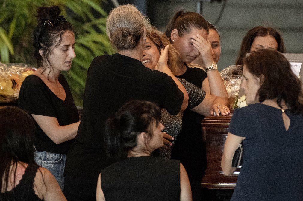 Familiares rezan y lloran cerca de un ataúd de una de las víctimas del colapso del puente Morandi