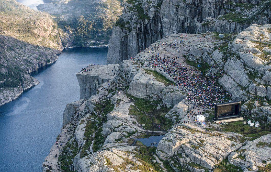 Personas en la montaña cerca de Preikestolen en el oeste de Noruega se preparan para ver la película Misión Imposible en el mismo lugar donde fue filmada.