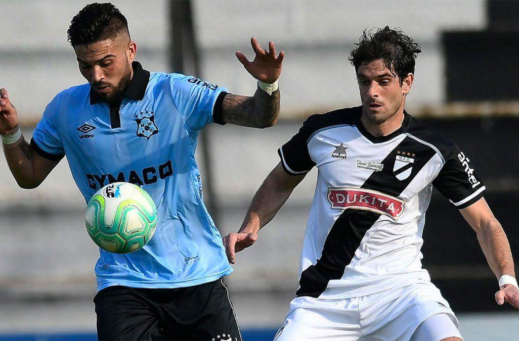 El zurdo Albarracín intenta superar al zaguero danubiano Gastón Bueno. El partido terminó empatado tras estar dos goles arriba el bohemio.