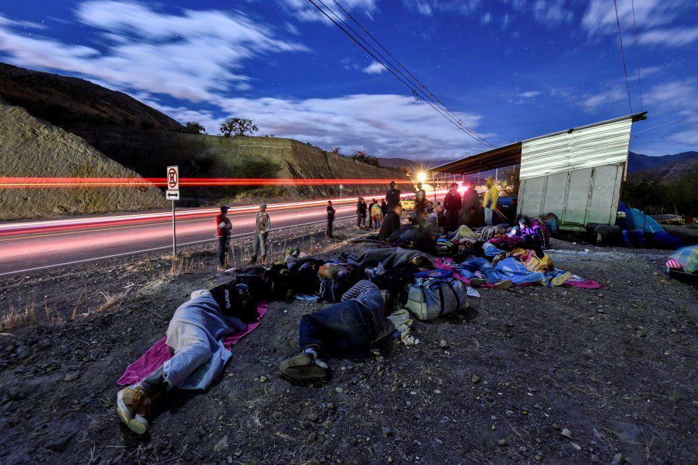 Migrantes venezolanos en su camino a Perú duermen sobre la ruta Panamericana entre Tulcan e Ibarra en Ecuador