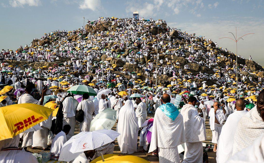 Peregrinos musulmanes se reúnen en el Monte Arafat conocido como Monte de la Misericordia al sureste de la ciudad sagrada de La Meca.