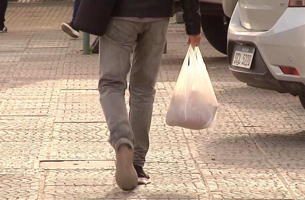 Cada bolsa plástica costará 4 pesos, según fijó el gobierno por decreto