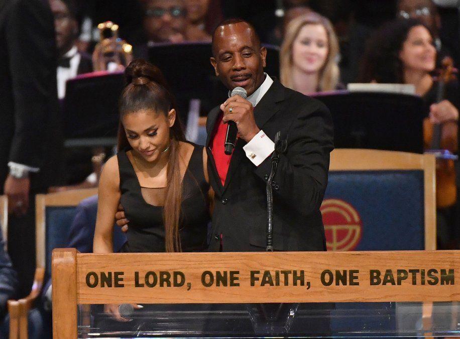 Obispo del funeral de Aretha Franklin se disculpó por tocar a Ariana Grande