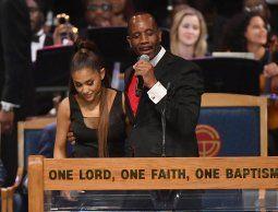 Obispo del funeral de Aretha Franklin se disculpó por tocar a Ariana Grande b537553a655