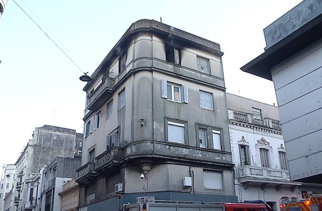 Se incendió un apartamento en Ciudad Vieja y una mujer fue rescatada por Bomberos