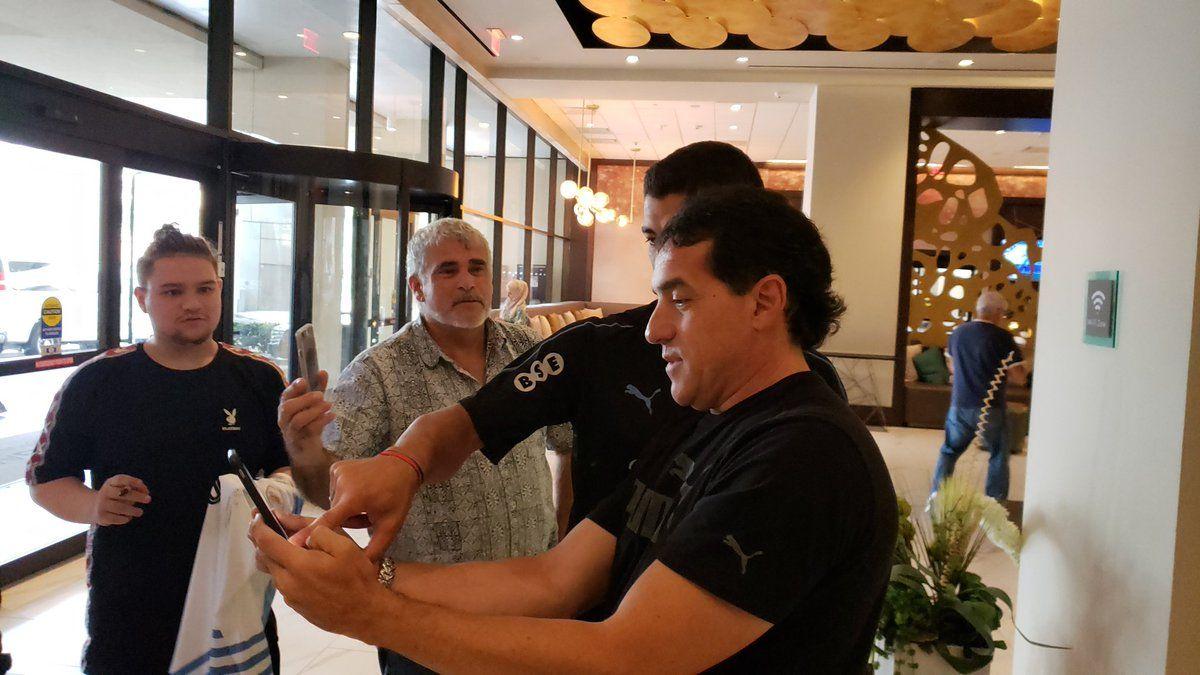 El saludo de Luis Suárez a los hinchas uruguayos en Houston