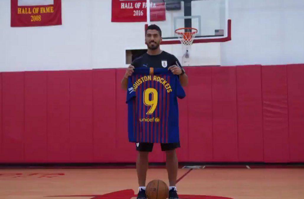 Suárez llevó camisetas del Barcelona con su número para el Hall de la Fama del club