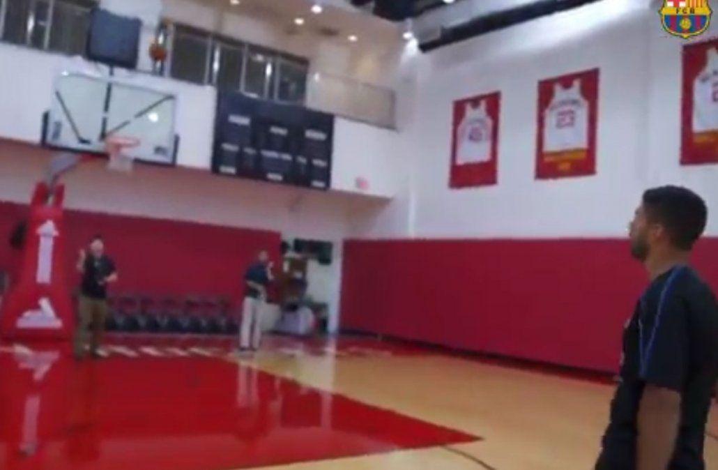 Luis Suárez visitó a los Houston Rockets y jugó a ser basquetbolista: embocó todo lo que tiró
