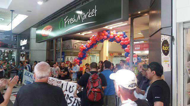 Trabajadores bloquean la entrada a un supermercado.