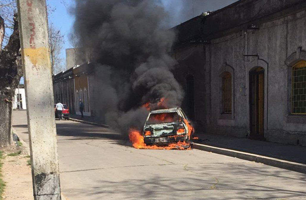 Intentaron asaltar un Abitab y en la huida incendiaron un auto frente a una escuela