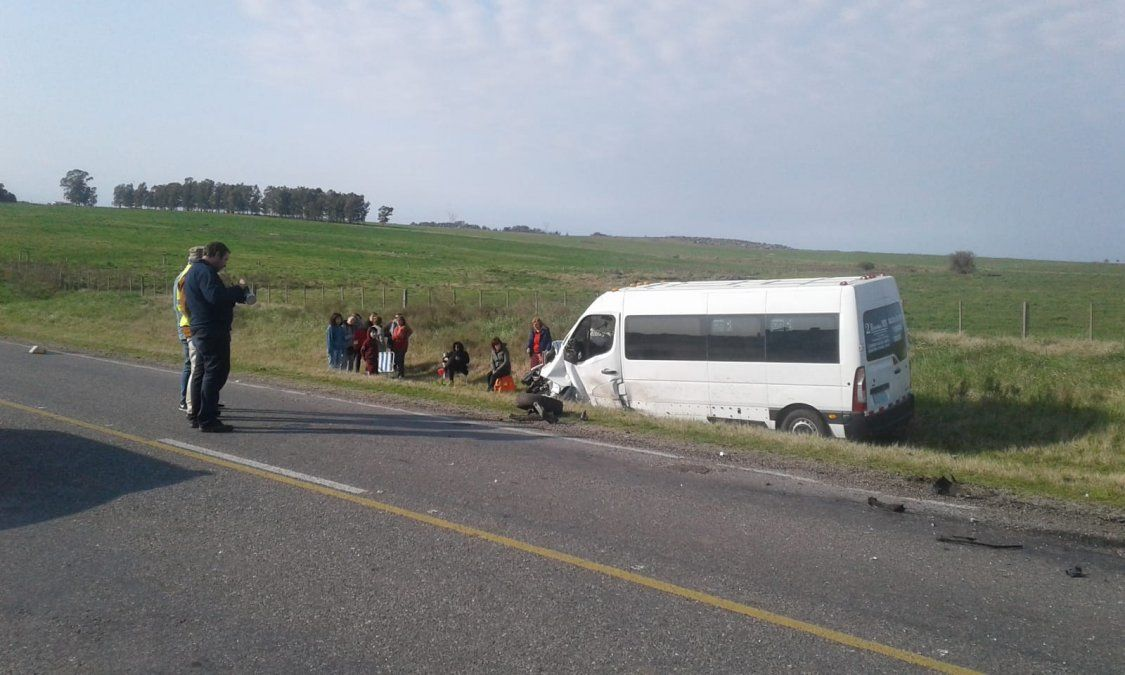 Dos jóvenes graves tras chocar de frente con un micro en ruta 12