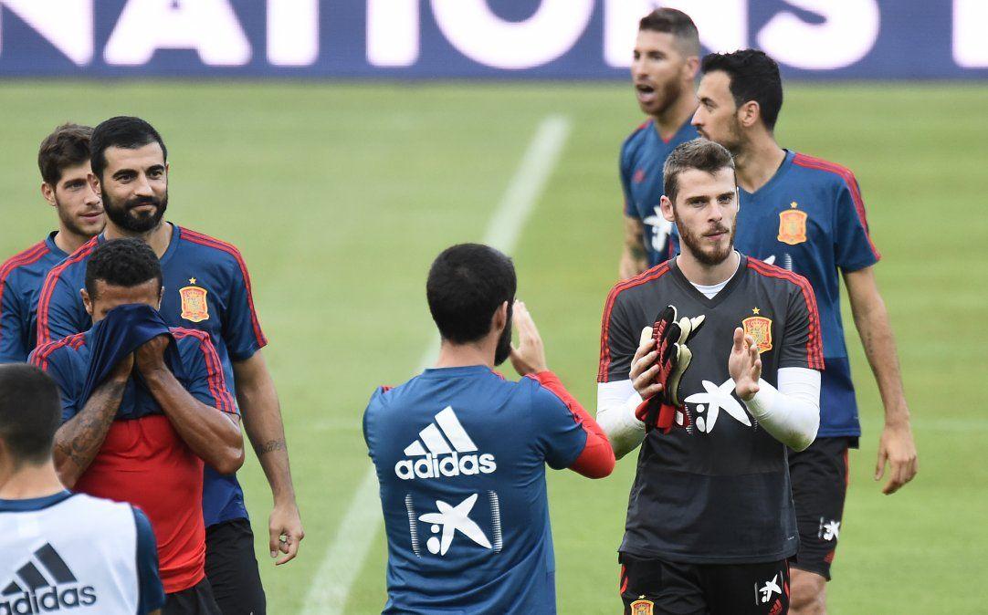 David De Gea aplaude en el centro de la escena durante el entrenamiento de España