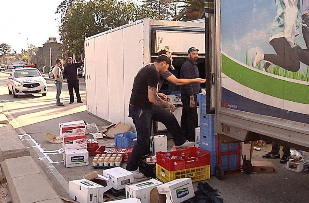 Robó camión cargado de lácteos, pero volcó a las pocas cuadras y fue detenido