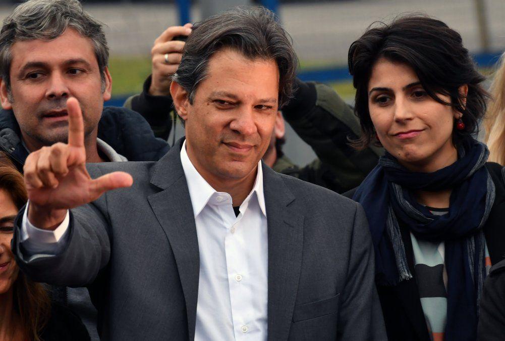 Haddad es el candidato del PT y lee carta de Lula frente al lugar de su reclusión