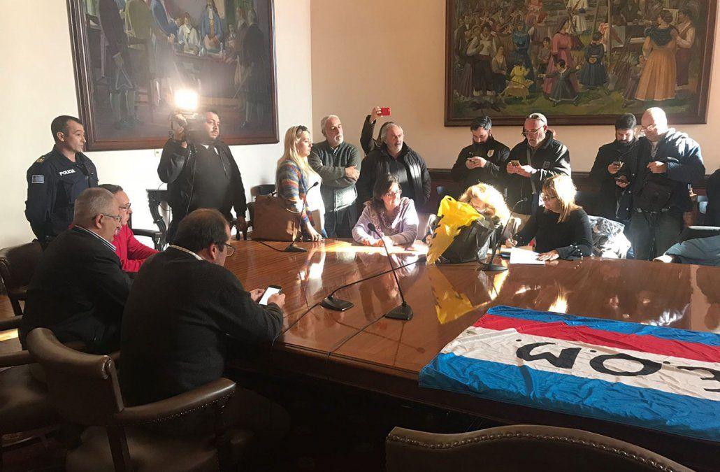 FOTO: Una de las últimas reuniones del sindicato con autoridades de la Intendencia en la que ocuparon las oficinas de Daniel Martínez.