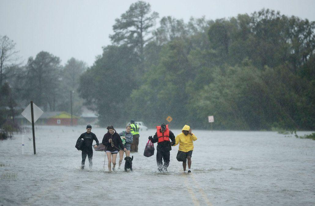El huracán Florence fue degradado a tormenta tropical pero ya dejó cuatro muertos