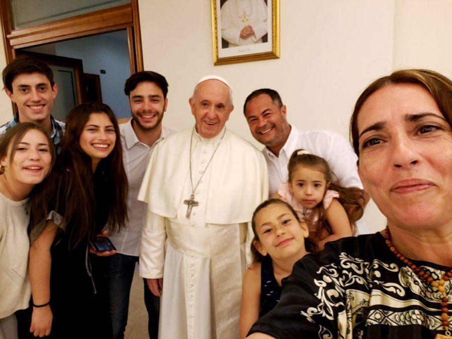 La selfie más esperada: toda la familia con el Papa Francisco