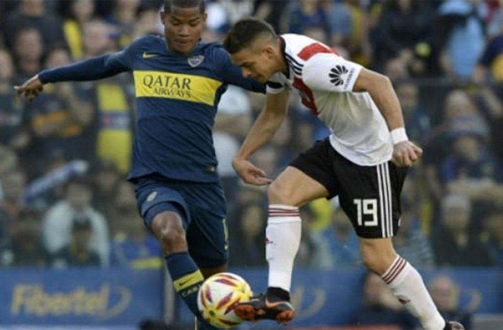 Los colombianos Santos Borré (River) y Wilmar Barrios (Boca) disputan la pelota. Fue un partido muy friccionado.