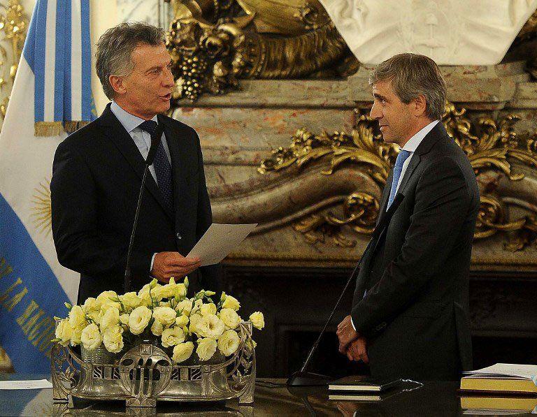 Macri juramenta a Caputo como ministro de Finanzas en 2017. El Ministerio de Hacienda se dividió en dos tras la salida de Alfonso Prat Gay. Dujovne asumió en Hacienda y Caputo en Finanzas.