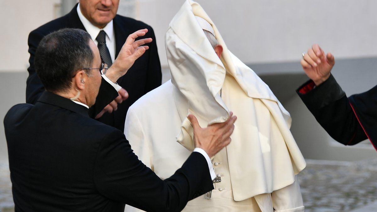 El viento alcanzó la vestimenta del Papa Francisco cuando llegó para encontrarse con las personas asistidas por las obras de caridad de la iglesia, en Estonia.